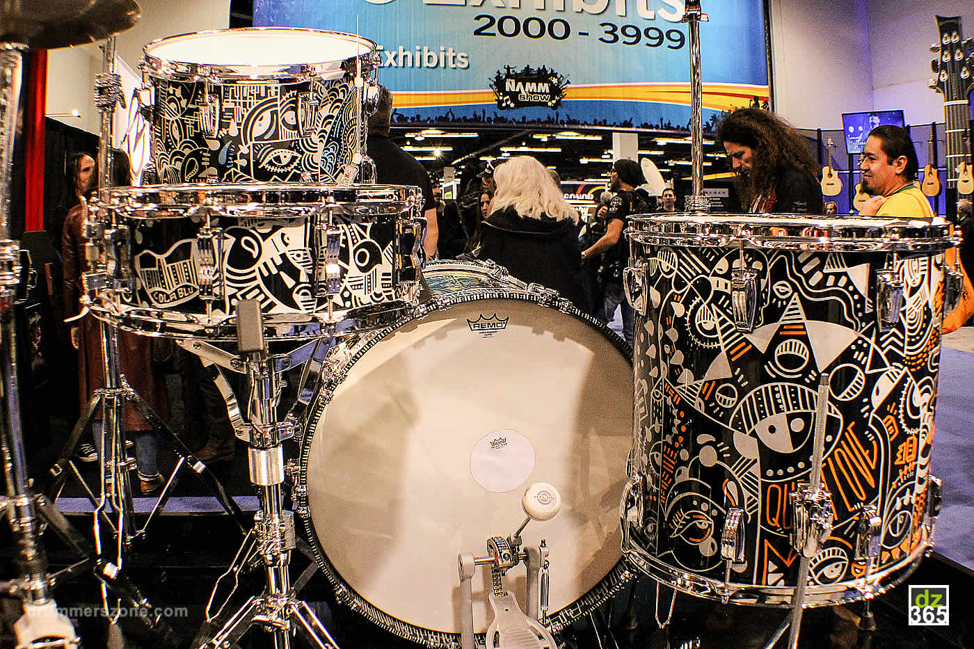 drummerszone news questlove 39 s tonight show drum set with lola blu artwork. Black Bedroom Furniture Sets. Home Design Ideas